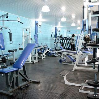 70914f39f Equipamento com assento azul e piso emborrachado