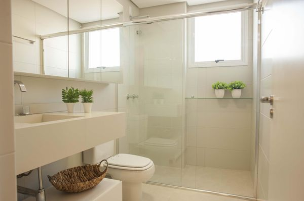 #474314 Como decorar um banheiro gastando pouco 18 dicas 600x398 px Banheiro Simples Todo Branco 2018 3801