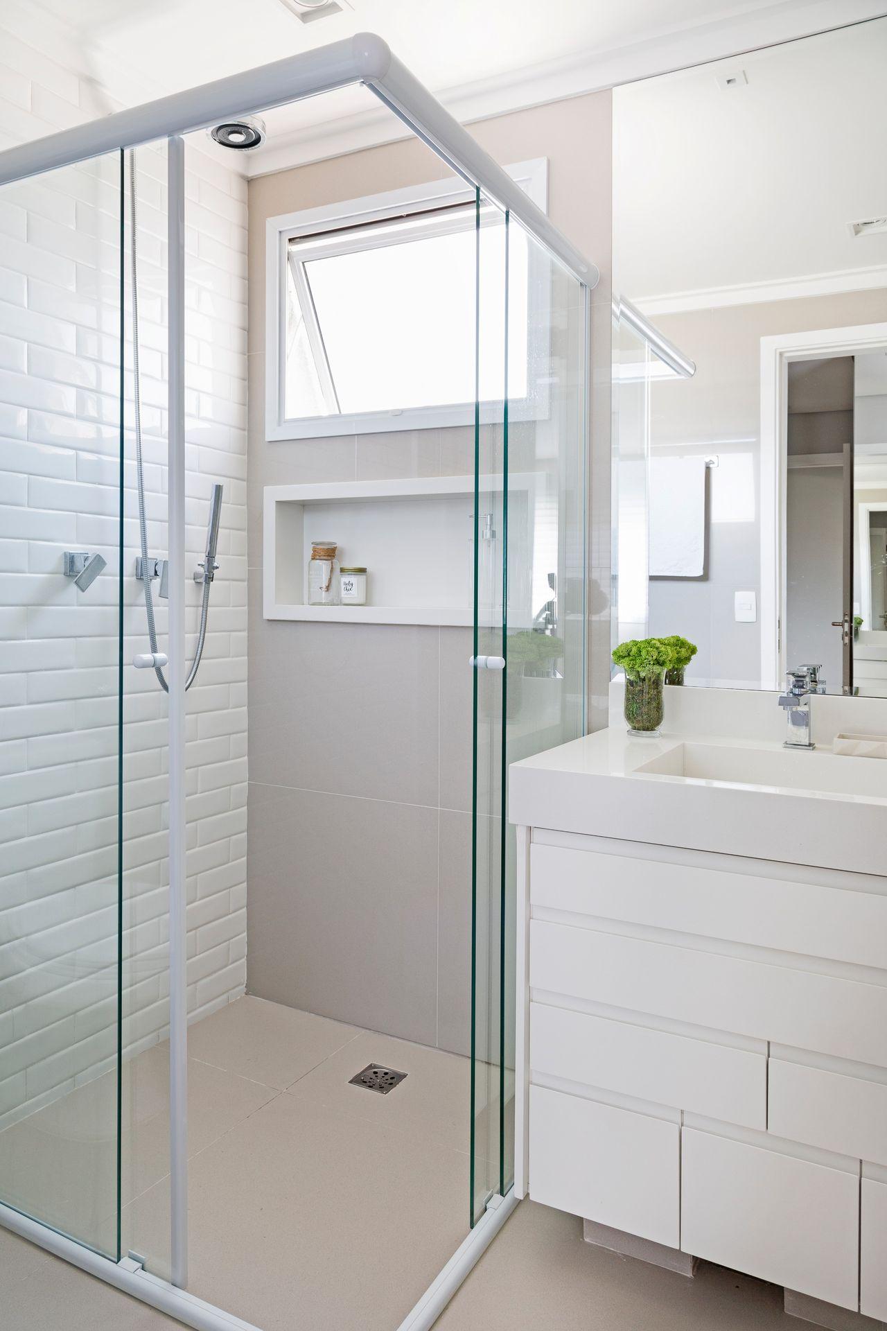 Banheiro Claro Com Parede De Azulejo De Tijolo De Gf Projetos  ~ Azulejo Para Parede De Quarto E Decoraçao Quarto De Casal