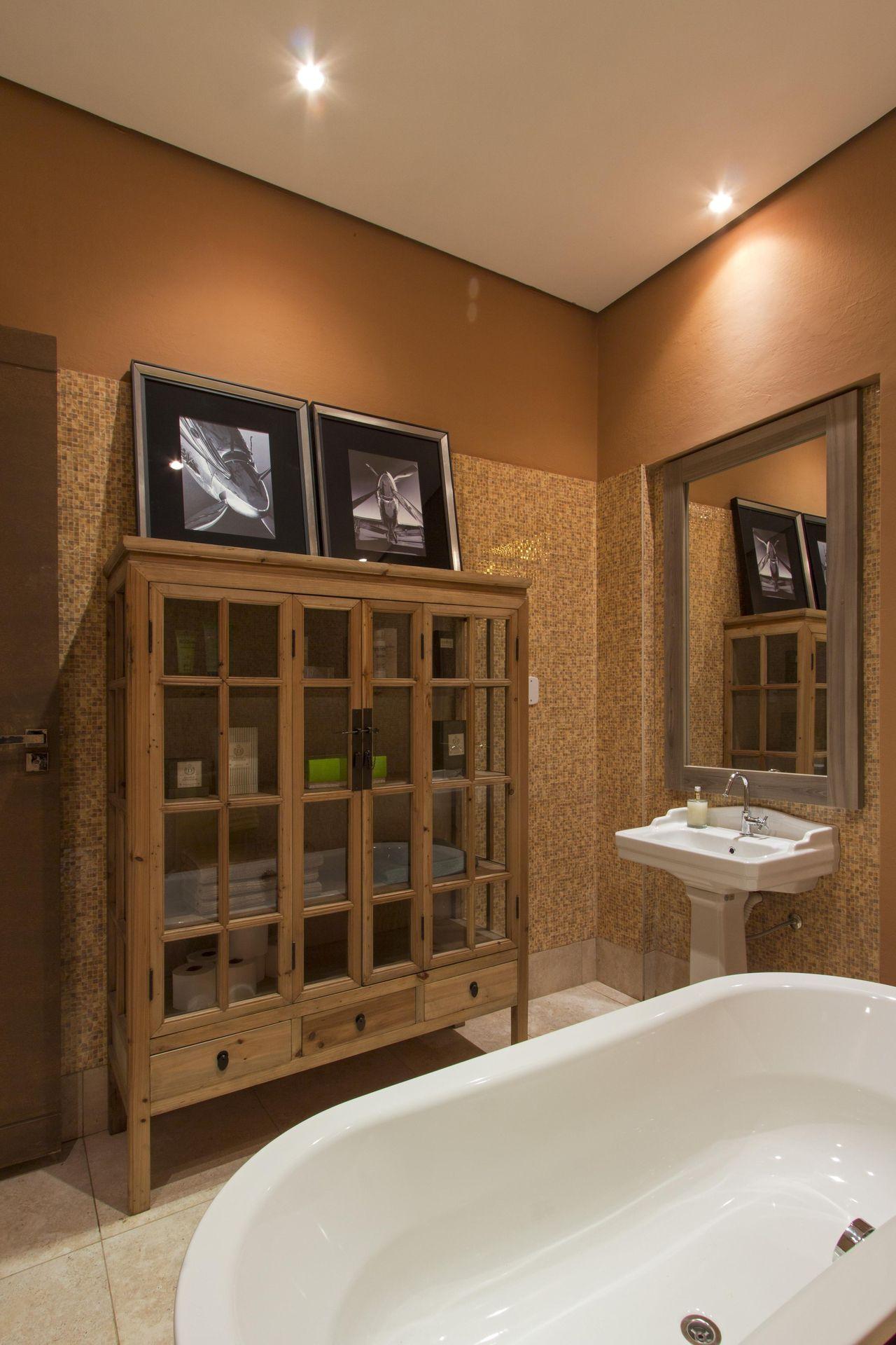 Armario De Madeira Banheiro : Banheiro com arm?rio de madeira e porta vidro joel
