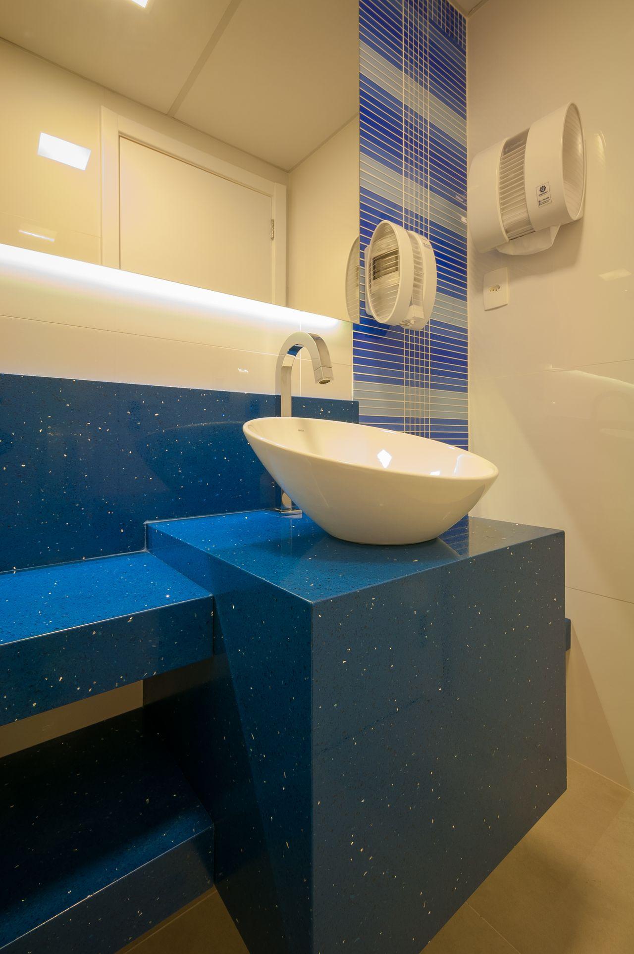 Banheiro Simples Com Banheiro Com Bancada Azul E Cuba Branca Bernal Projetos 141036 Viva Decora
