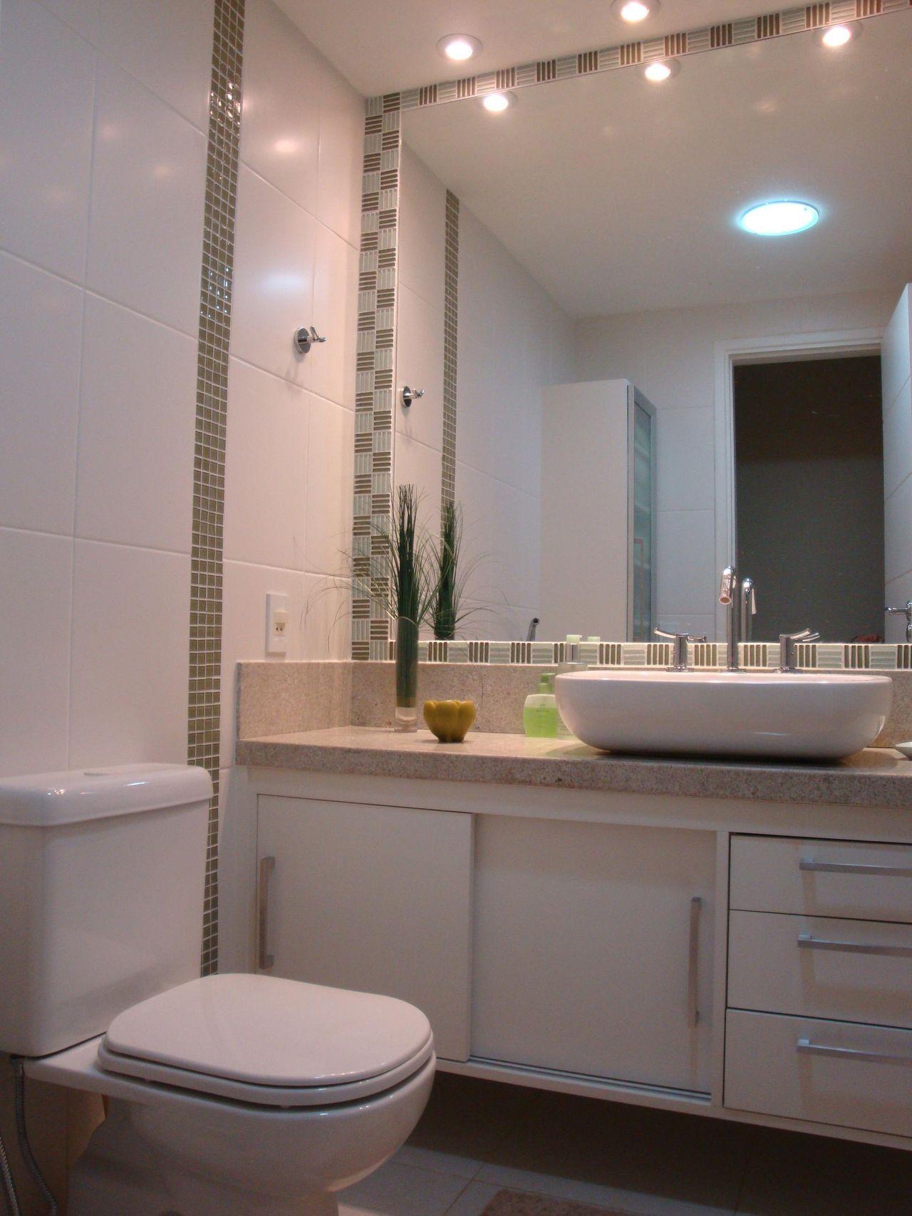 Banheiro com detalhe em pastilhas de vidro preto e de Fabiola Ambrosano  196 -> Banheiro Simples Suite