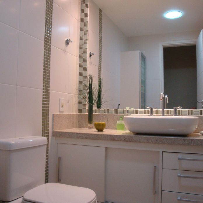Banheiro com detalhe em pastilhas de vidro preto e de Fabiola Ambrosano  196 -> Banheiro Com Pastilhas De Vidro Laranja