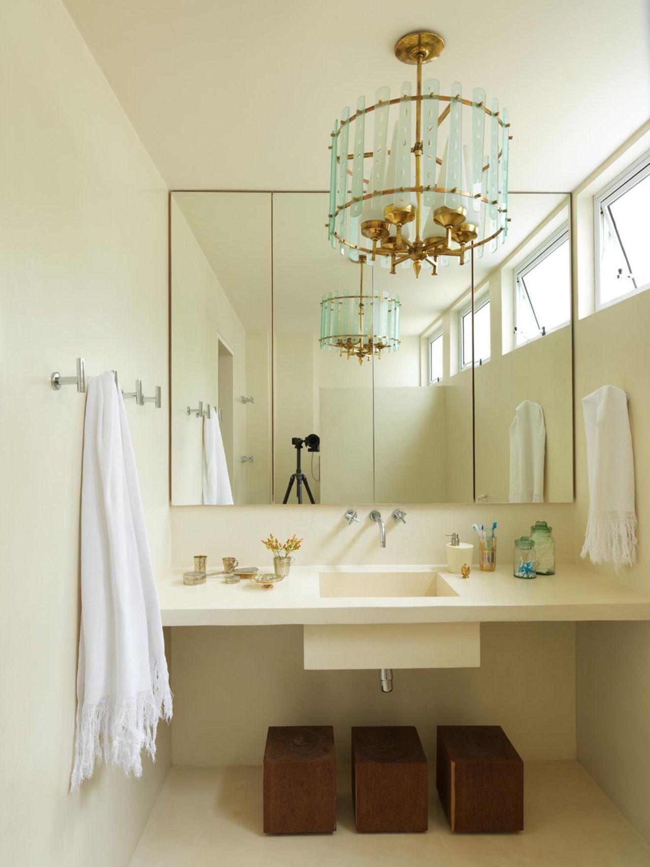 Banheiro Com Espelho Amplo E Lustre De Maristela Gorayeb 26814 No  -> Fotos De Lustres Simples