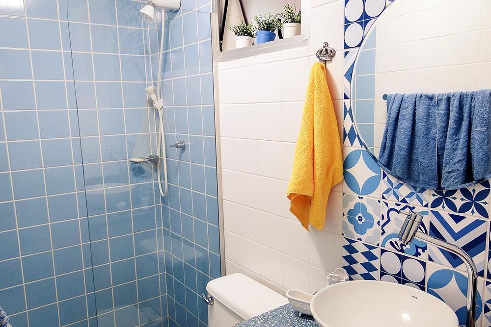 Banheiro com espelho e azulejos decorados de Casa Aberta  21556 no Viva Decora -> Azulejo Banheiro Simples