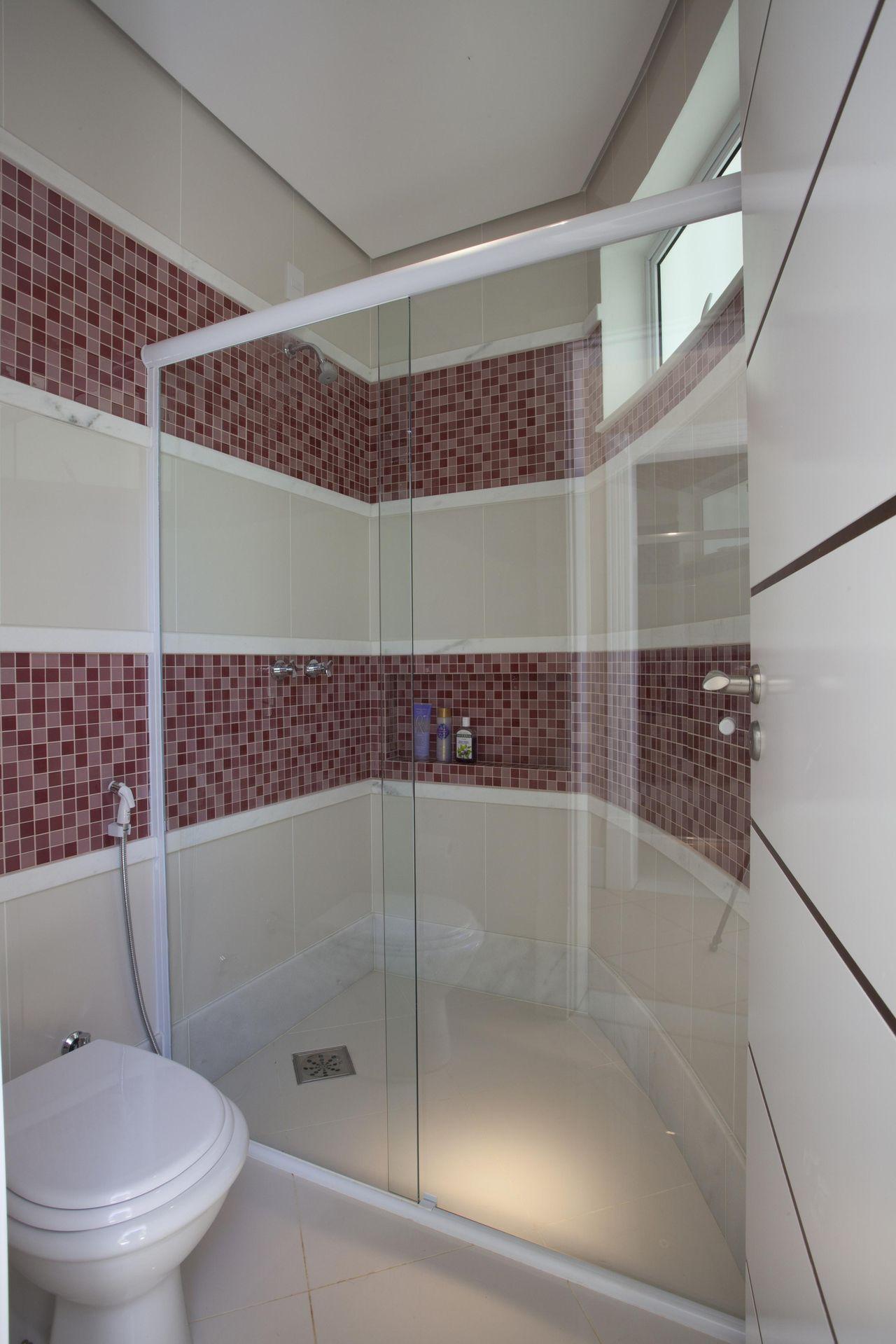 Banheiro com faixas de Pastilhas de Aquiles Nicolas Kilaris  19125 no Viva D -> Banheiro Simples Com Pastilhas Roxas