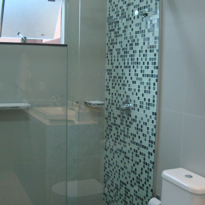 Banheiro com parede e piso de pastilhas verdes de daiane for Imagenes de pisos decorados