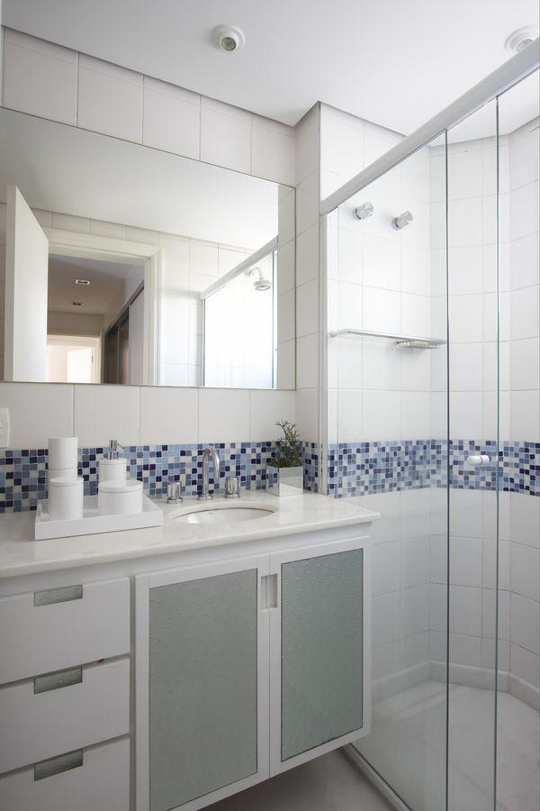 A cor branca fica bem na maioria dos armários de banheiro