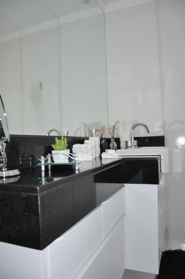 Pia Com Gabinete E Espelho Em Banheiro De Serra Vaz