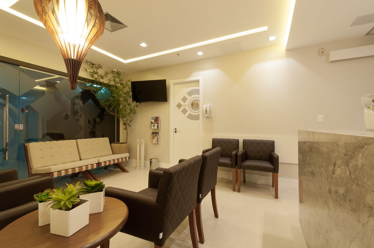 Fabuloso Sala de Espera com Poltronas Pretas e Brancas de Bernal Projetos  HG46