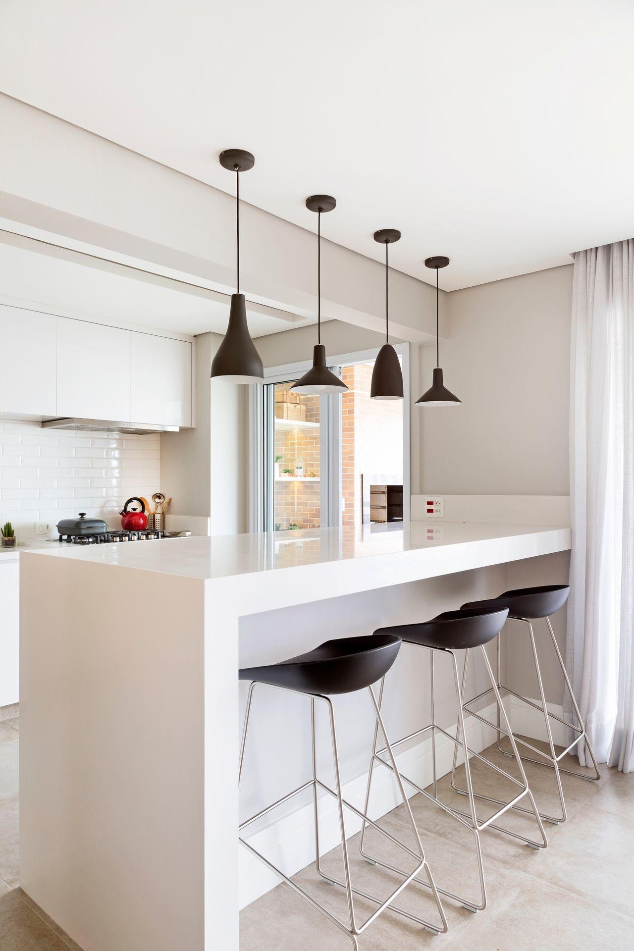 Cozinha Americana Branca Com Pendentes Pretos De Gf Projetos