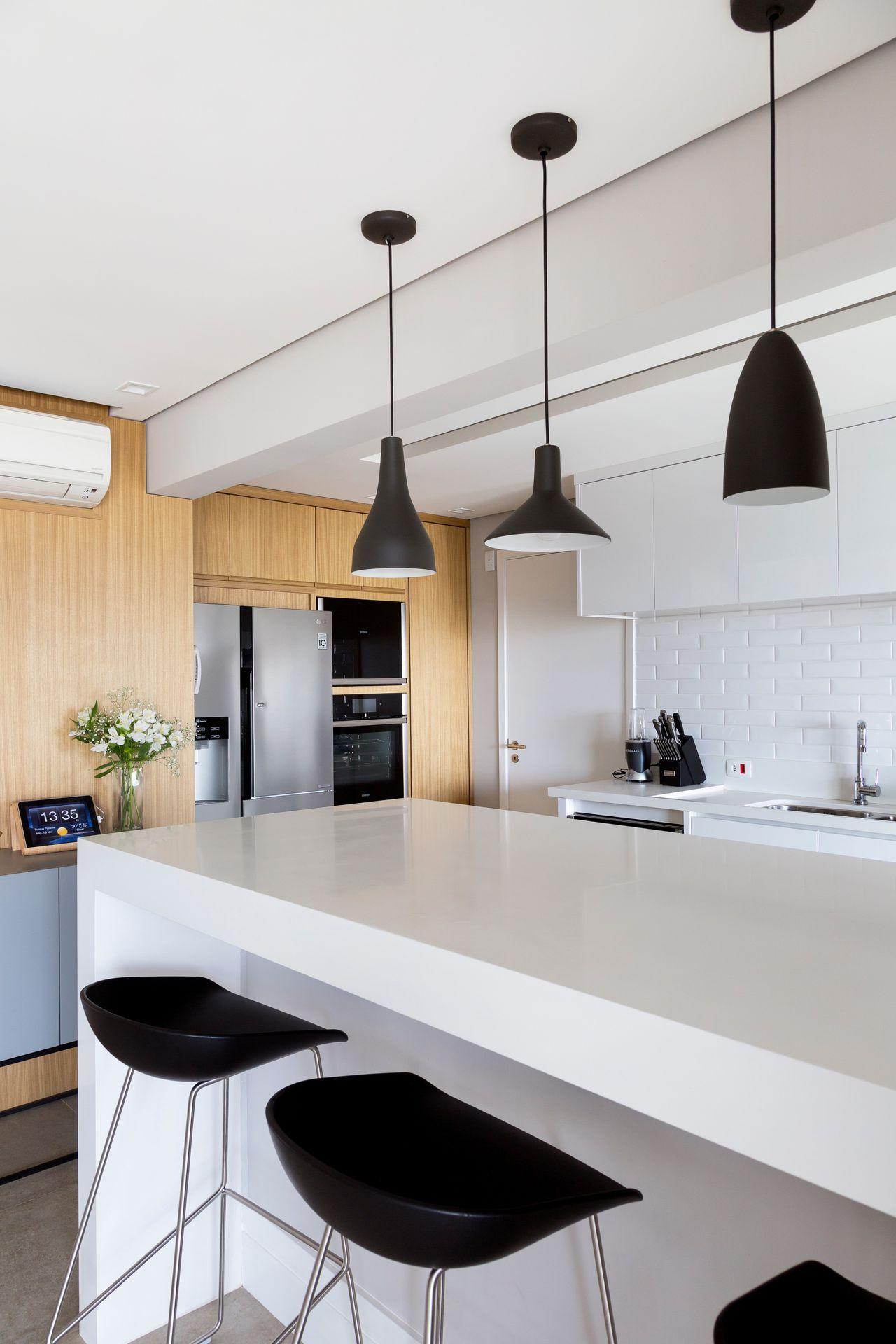 Cozinha Americana Branca Com Revestimento Madeira De Gf Projetos