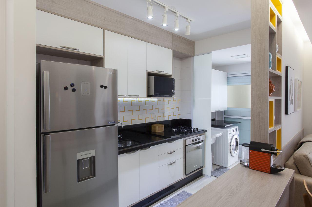 Cozinha Americana Branca Com Toques De Amarelo De Tt Interiores