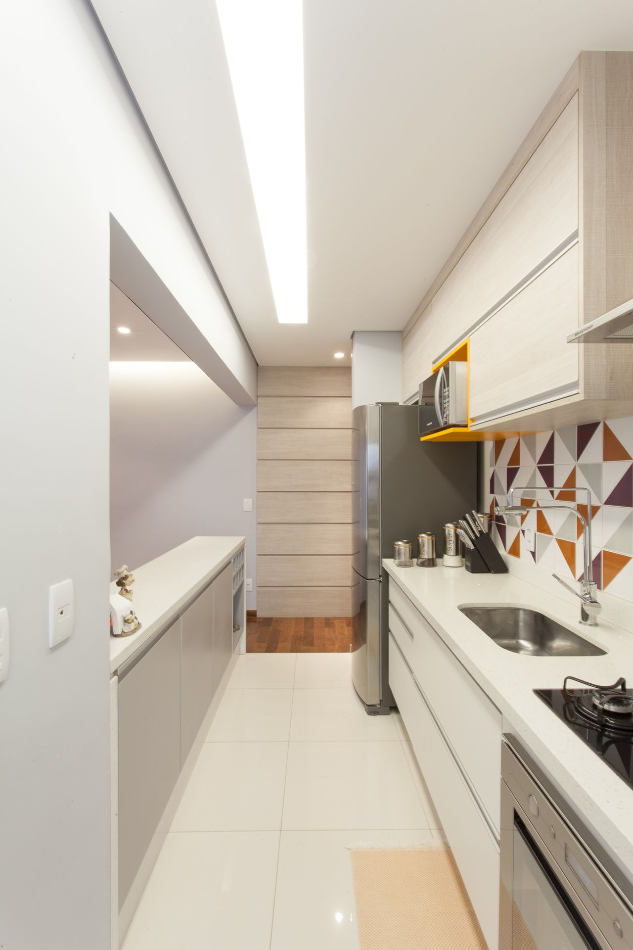 Cozinha Americana Com Azulejo Laranja E Roxo De Tt Interiores