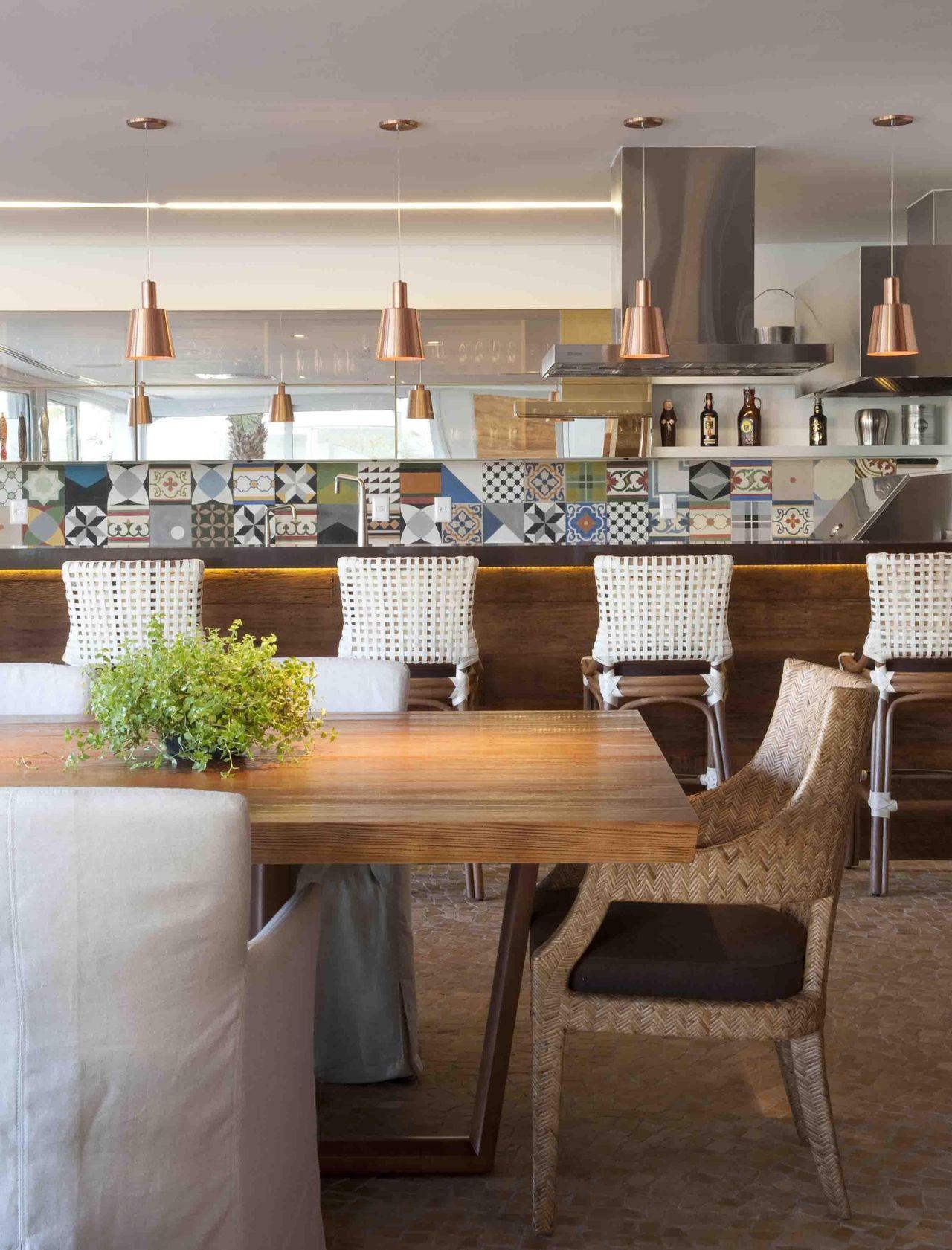 Cozinha Americana Com Banquetas E Mesa Grande De Deborah Roig