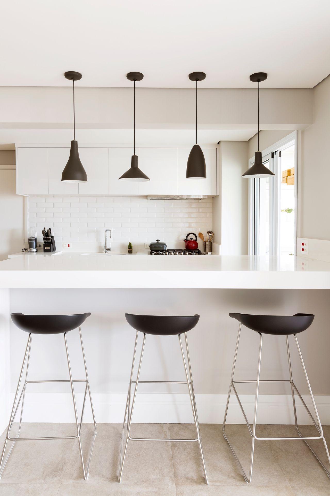 Cozinha Branca Com Banquetas E Pendentes Pretos De Gf Projetos