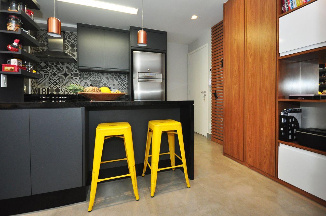 Cozinha Cinza E Preta Com Bancos Amarelos De Condecorar Arquitetura