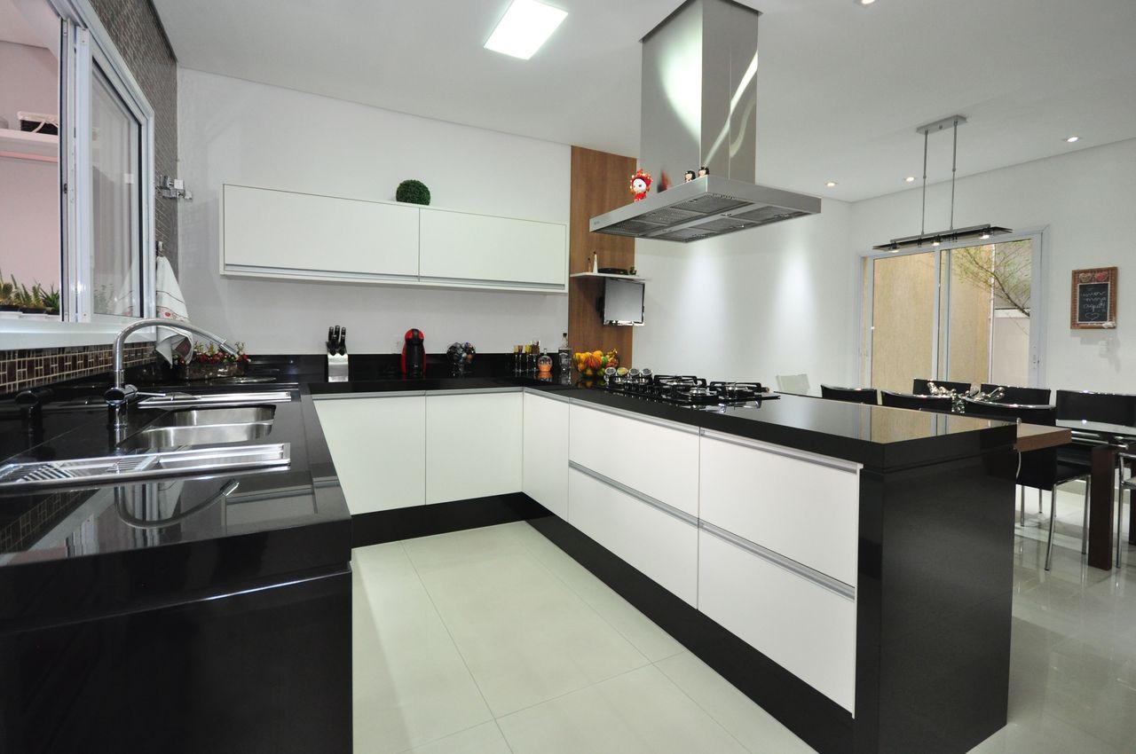 Cozinha Com Bancada Preta E Gabinete Branco De Condecorar