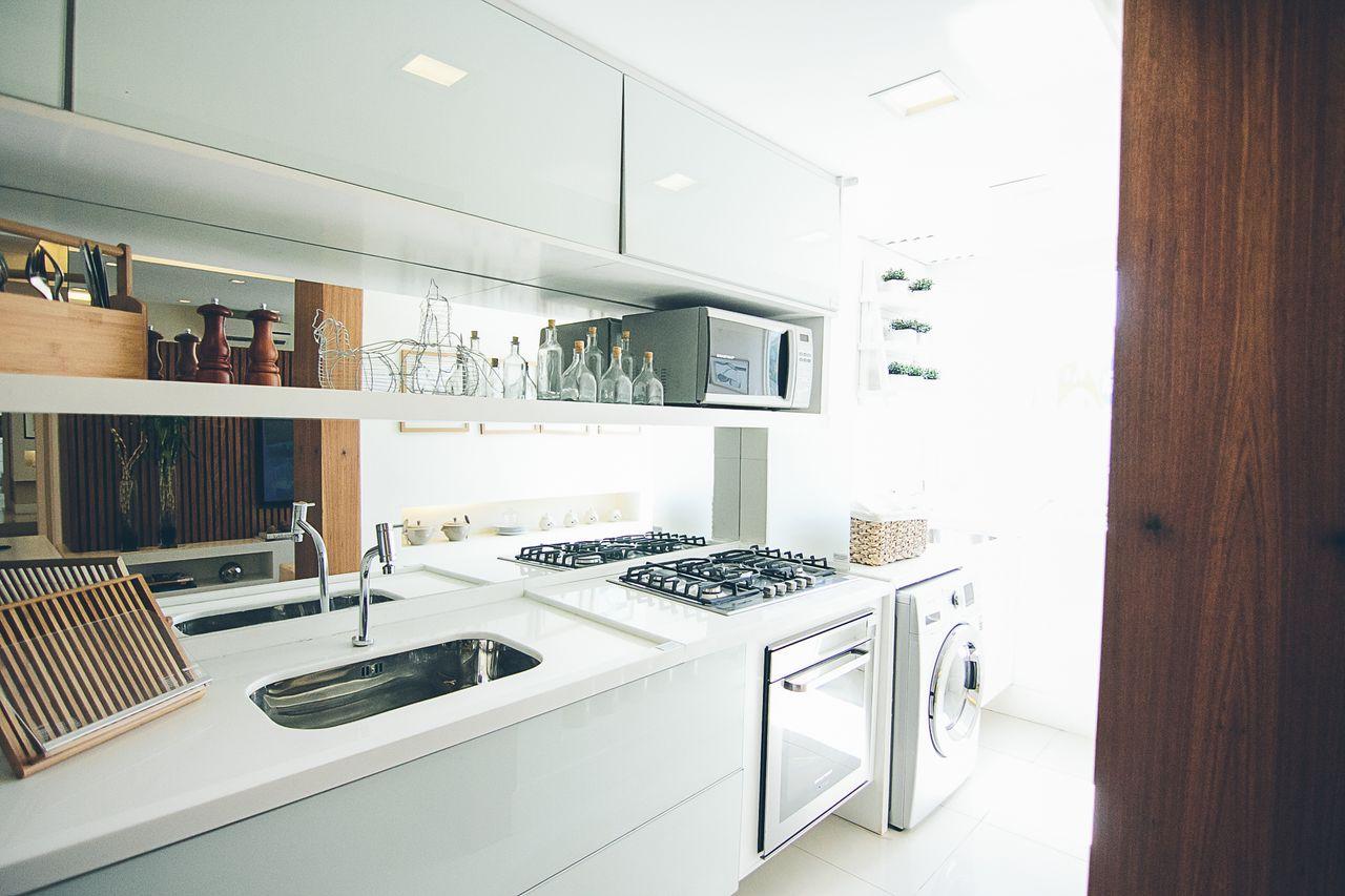 Cozinha Moderna Branca Com Espelho De Maria Fernanda Gama Ribeiro