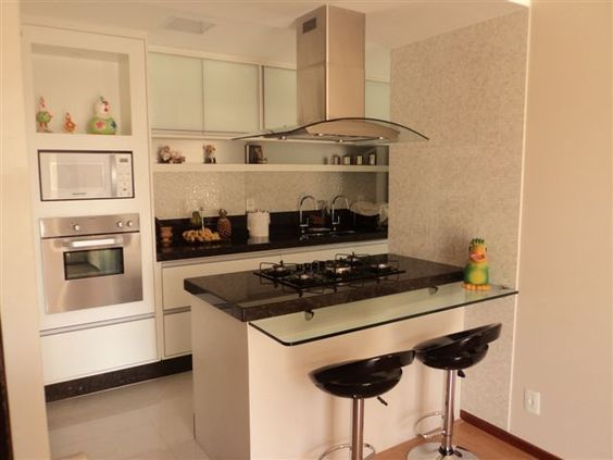 Cozinha Americana Branca Com Mesa De Vidro De Maria Fernanda Da