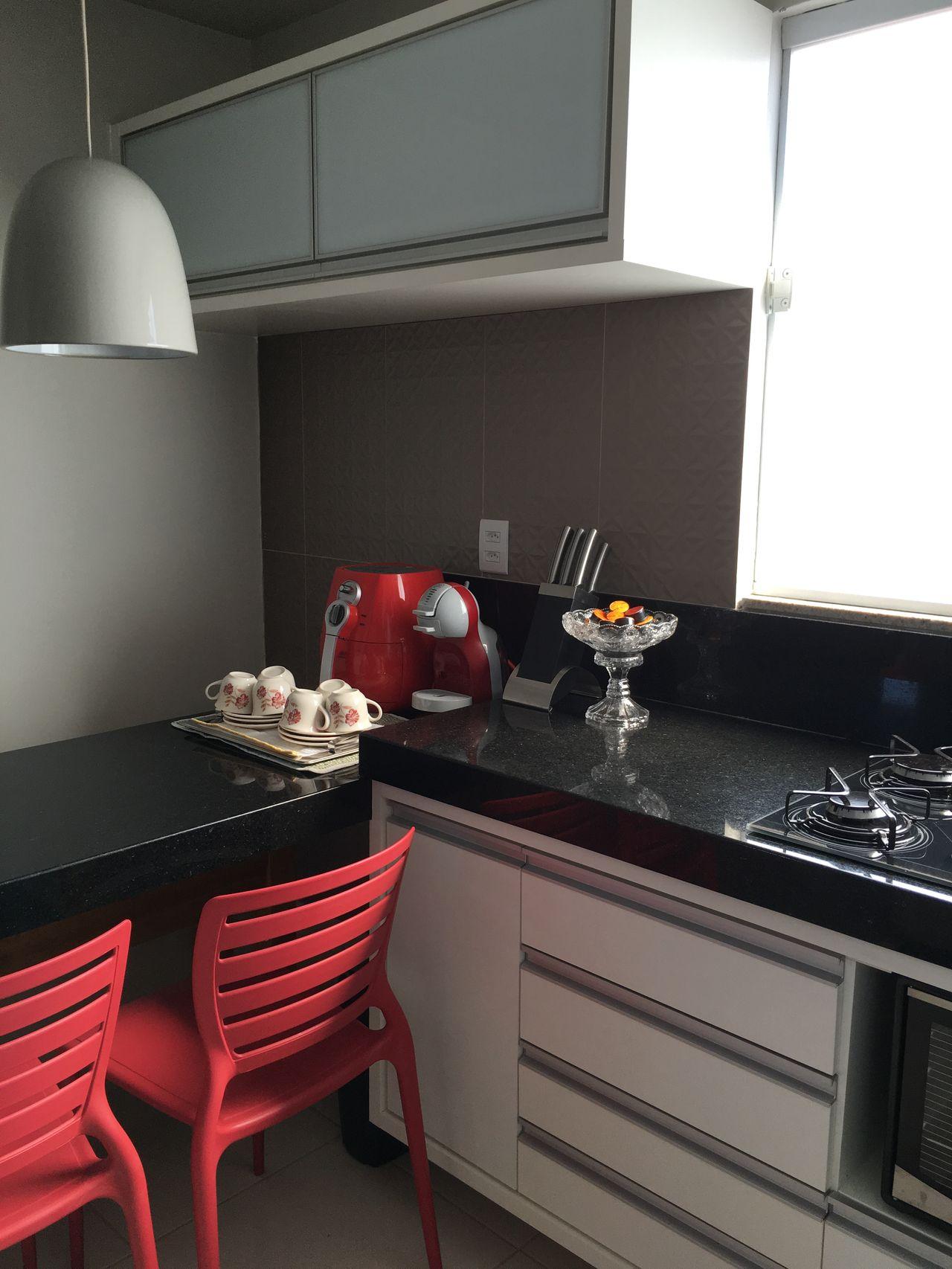 Cozinha Branca E Preta Com Copa E Cadeira Vermelha De Rikelly