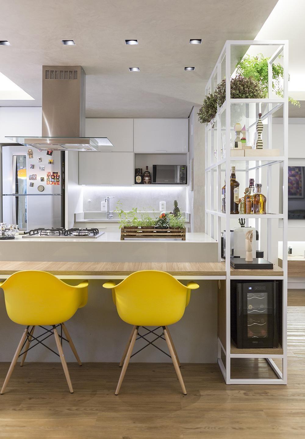 Cadeiras Amarelas Em Bancada De Madeira Na Cozinha De Clarice