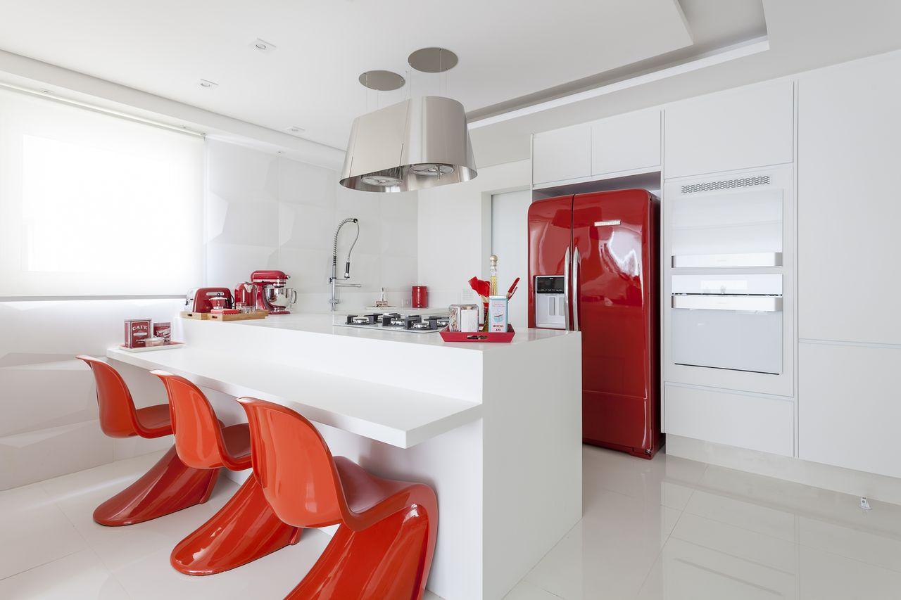 Cozinha Branca Clean Com Cadeira Panton Vermelha De Mariana