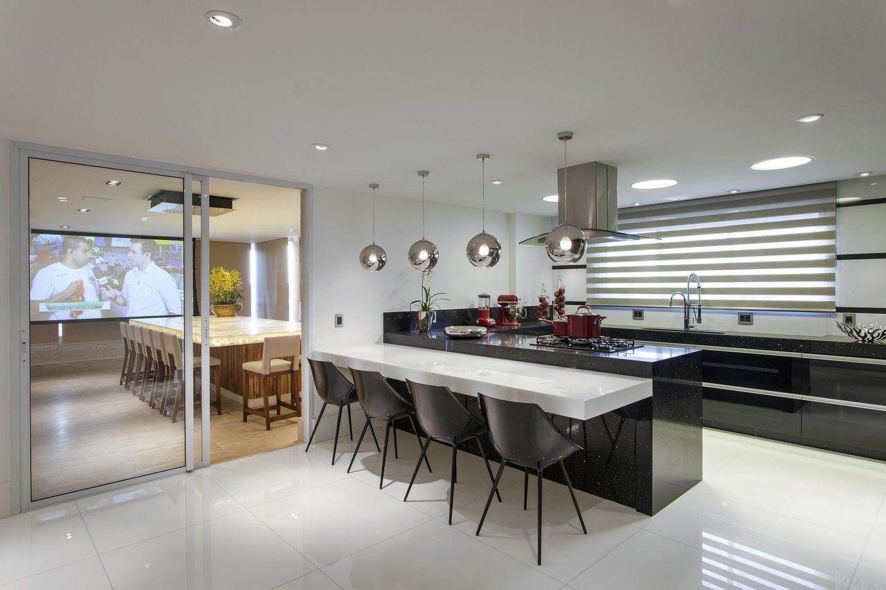 Cozinha Branca E Preto Integrada Com Varanda Gourm De Iara Kilaris