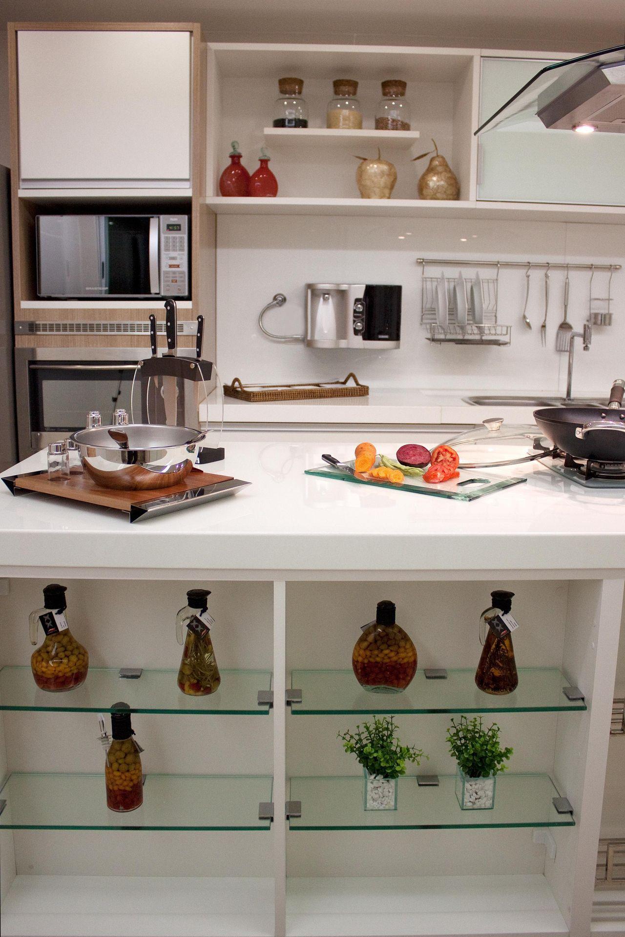 Cozinha Com Bancada De Madeira E Prateleira De Vid De Larissa