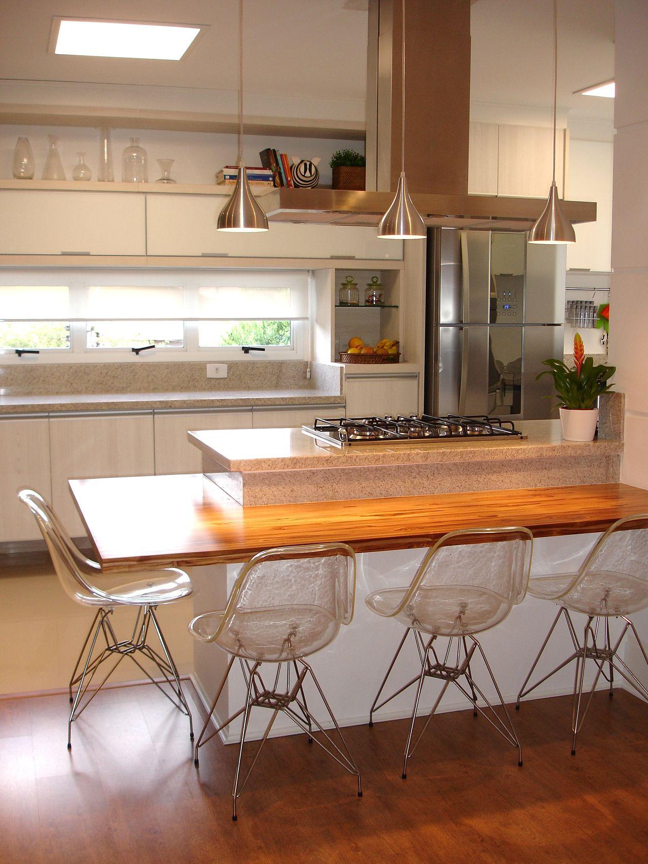 Cozinha Com Ilha E Com Cadeiras De Acr Lico De Anna Maria Parisi
