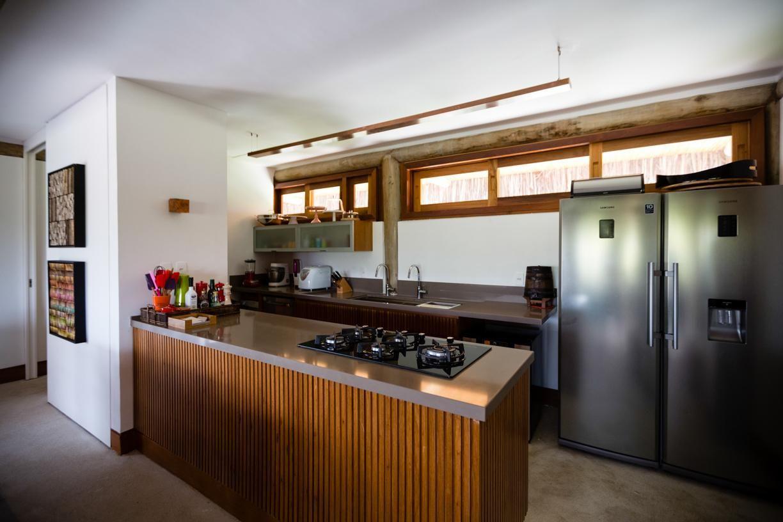 Ilha Da Cozinha Revestido Com Madeira De Ant Nio Ferreira Junior E