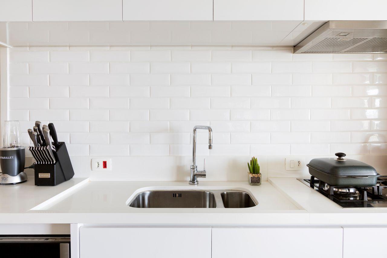Cozinha Branca Com Revestimento Que Imita Tijolo De Gf Projetos