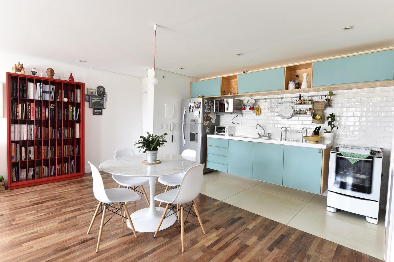 Armário de Cozinha com Móveis planejados na cor azul e cadeiras eames    Carla Cuono Arquitetura e Interiores 12702 - Viva Decora