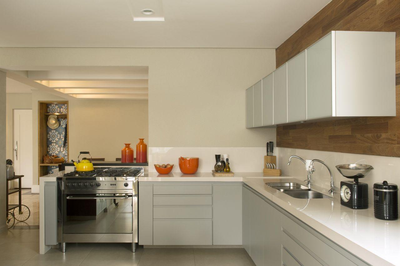 Cozinha Com Gabinete Cinza E Bancada Branca De Cristina Lembi