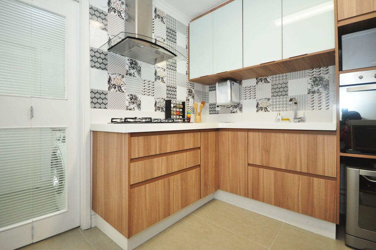Cozinha Com Gabinetes De Madeira E Azulejos De Condecorar