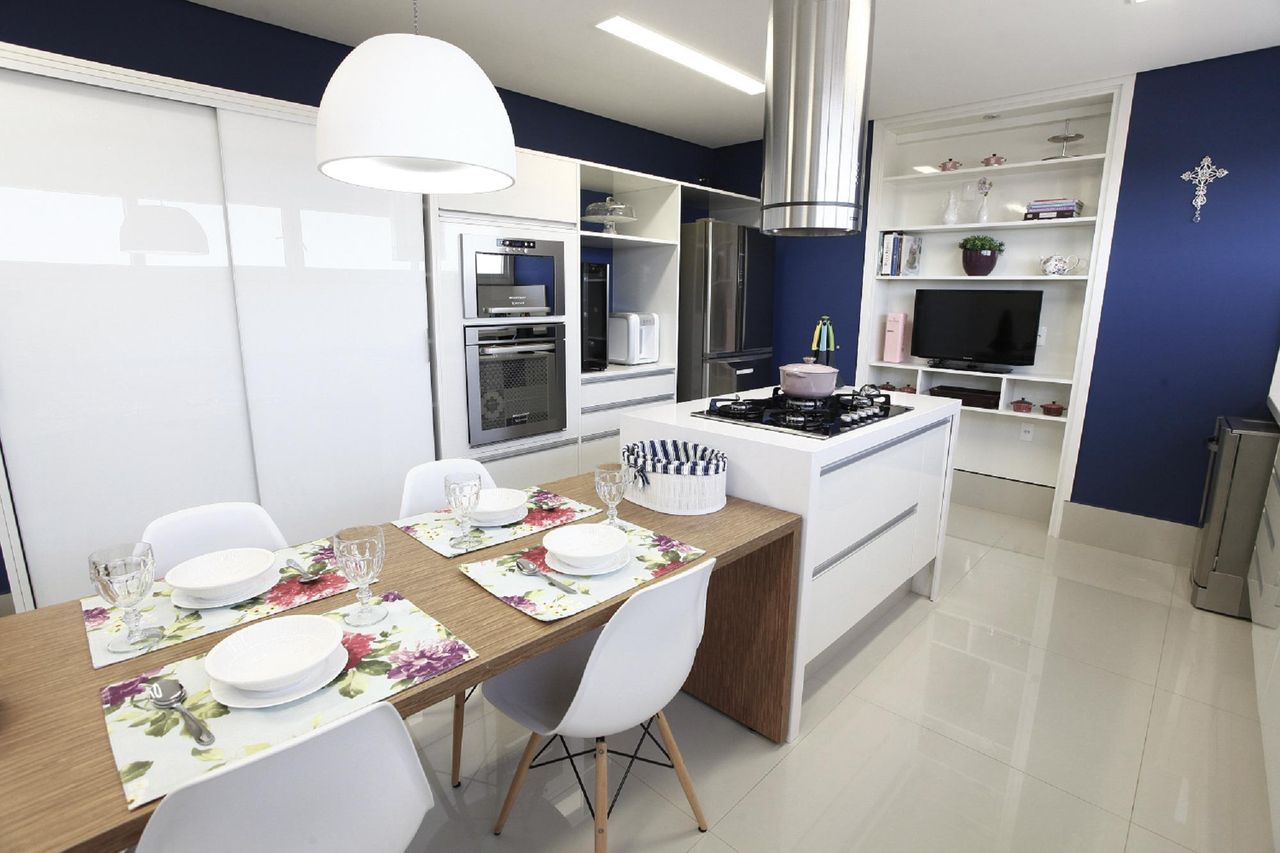 Cozinha Com Lustre Sobre A Mesa De Jantar De Belissa Corral 20729