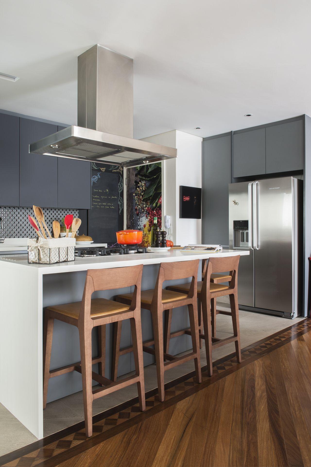Cozinha Clean Com Ilha E Cadeiras De Madeira De Cristina Lembi