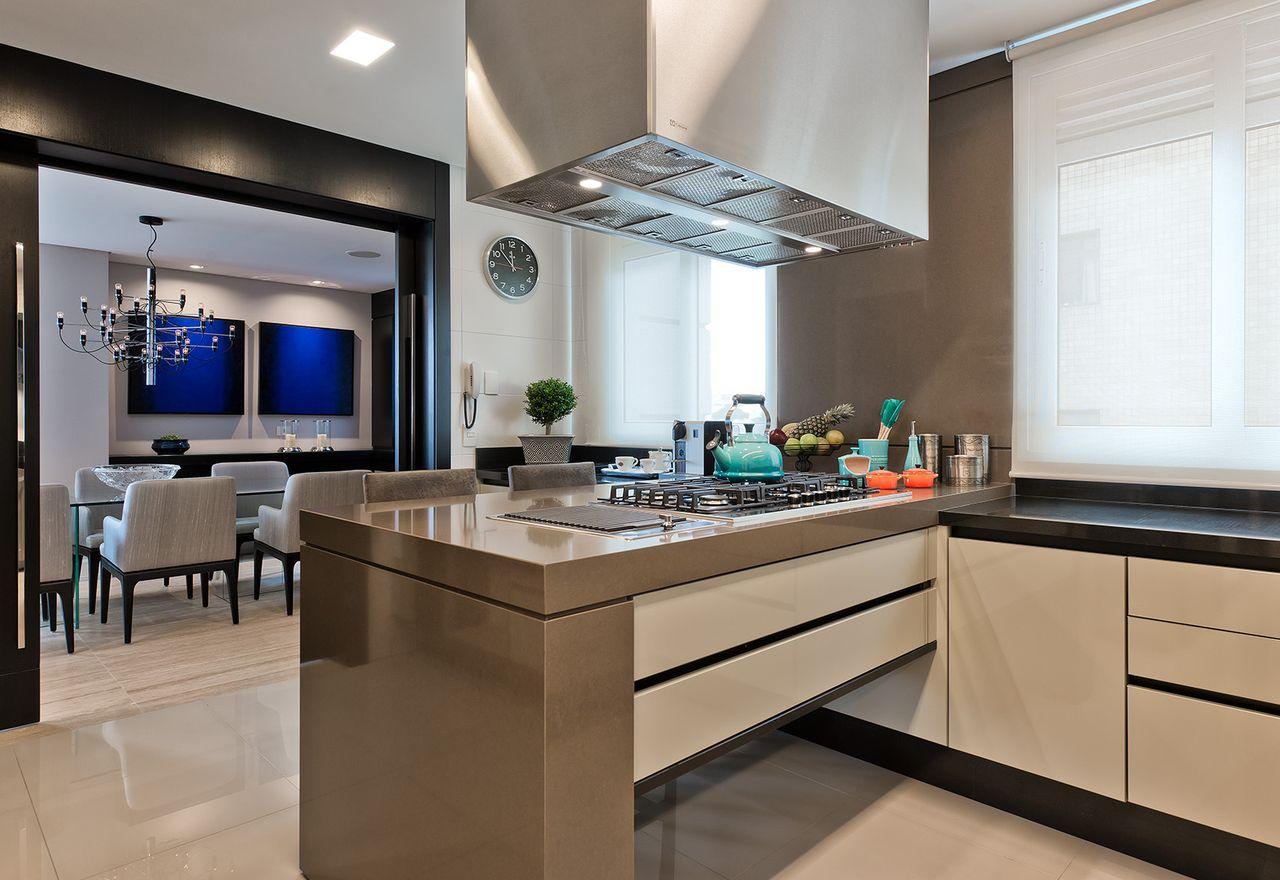 Cozinha Em Tons De Bege E Ilha Com Cooktop De Leonardo Muller