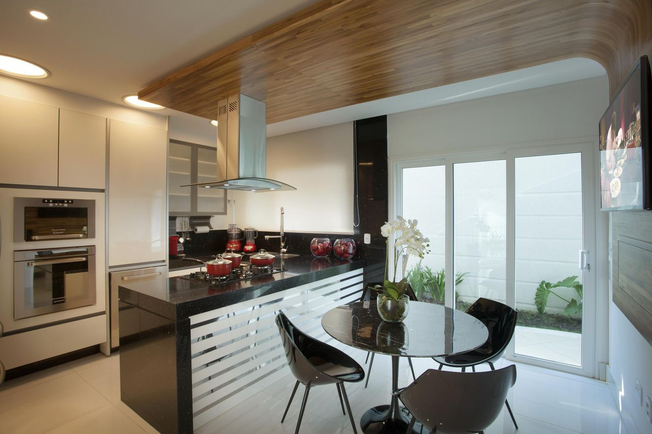 Cozinha Em Tons De Preto Branco Inox E Madeira De Aquiles  ~ Cozinha Planejada Preta E Inox