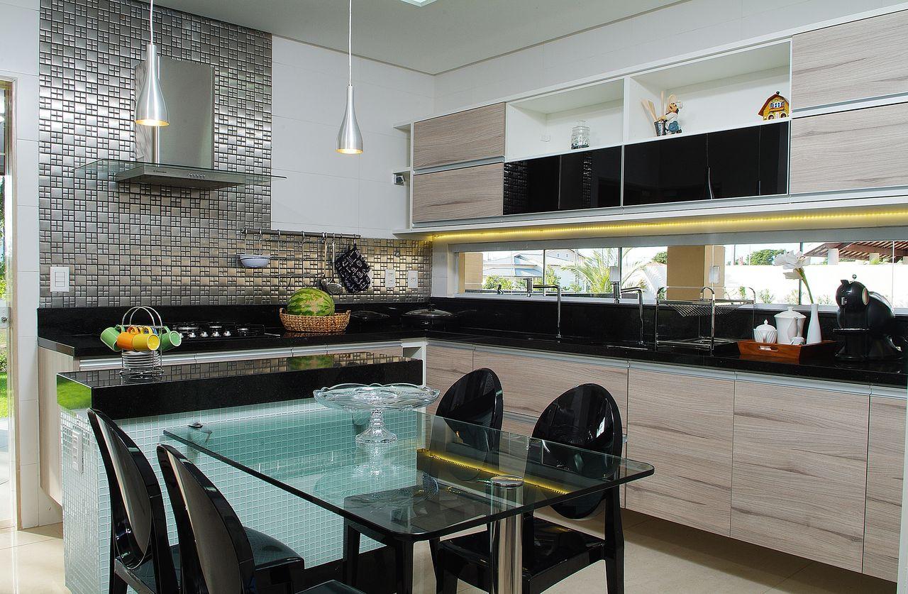 Cozinha Moderna Com Mesa De Vidro E Pastilha Prata De Bernal