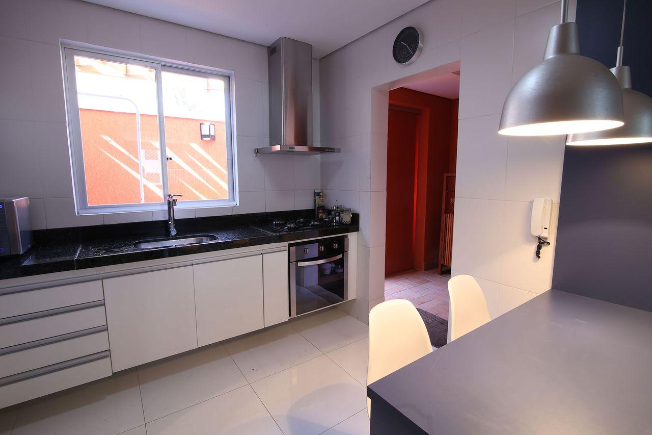 Cozinha Com Pendentes Industriais Na Copa De Mutabile Arquitetura E