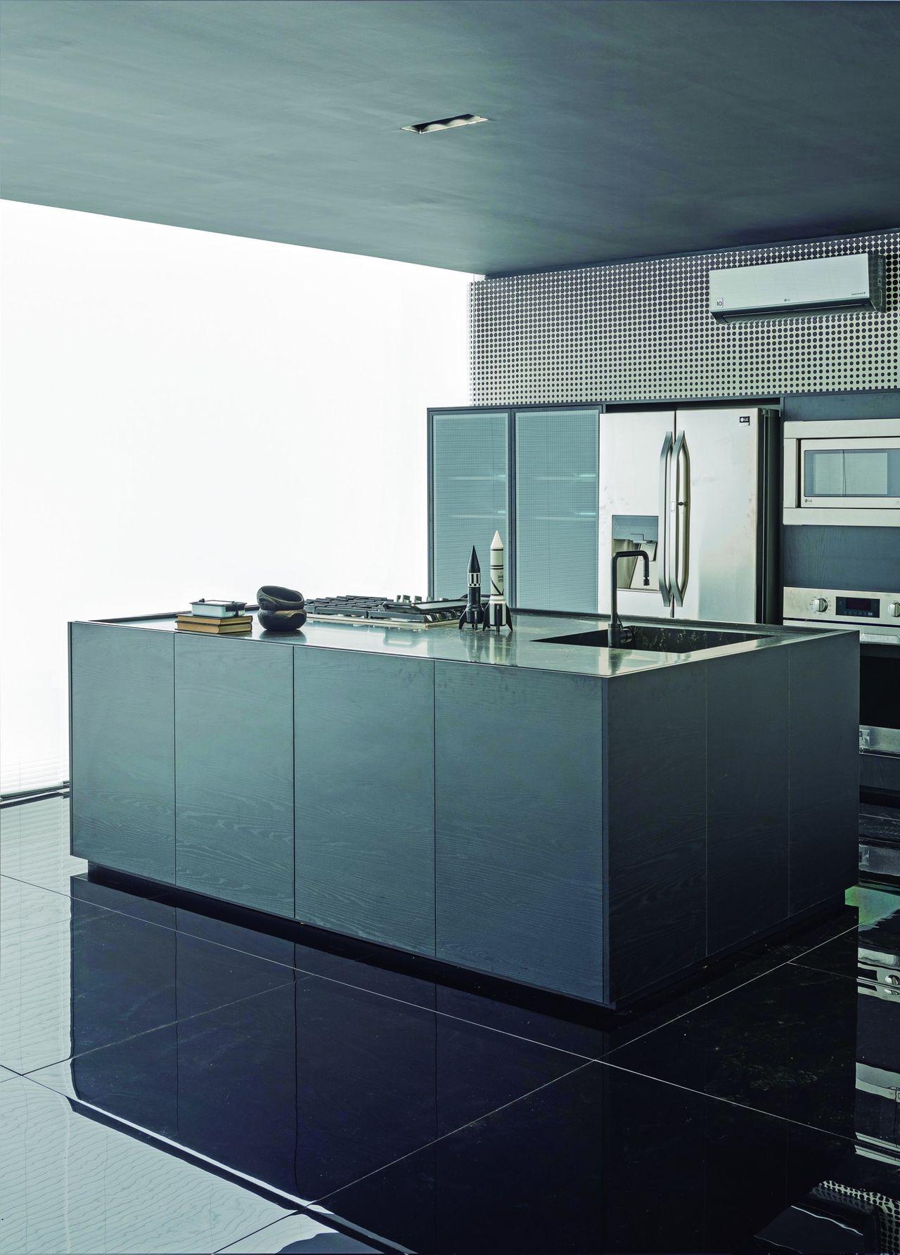 Cozinha Preta E Branca Com Ilha Preta E Pia De L O Shehtman 146978