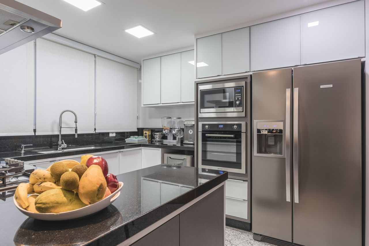 Cozinha Branca Com Balc O De Granito Preto De Sandra Pompermayer  ~ Balcao De Granito Para Cozinha