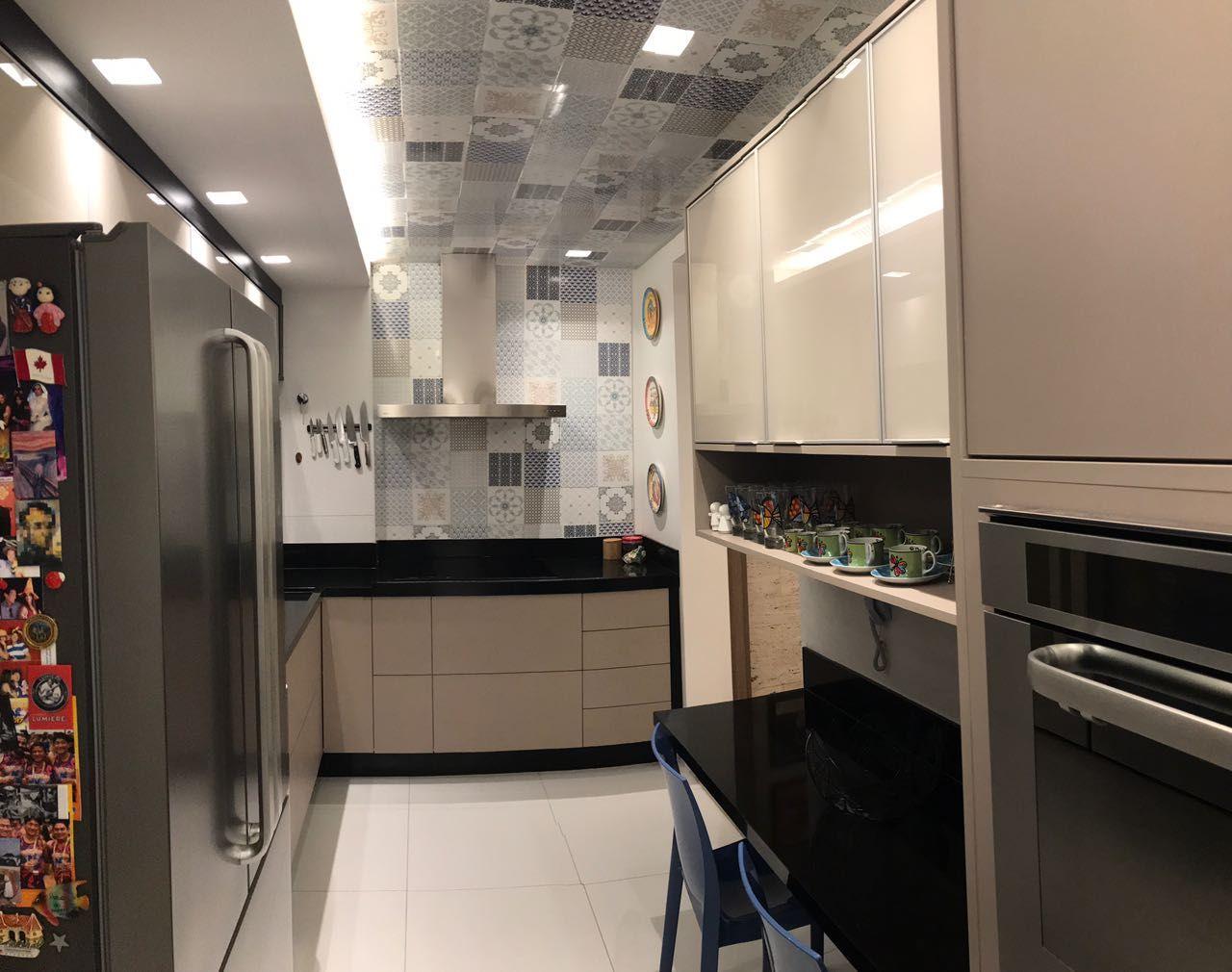 Cozinha Moderna Com Azulejos Decorativos No Teto De Ana Cinthia