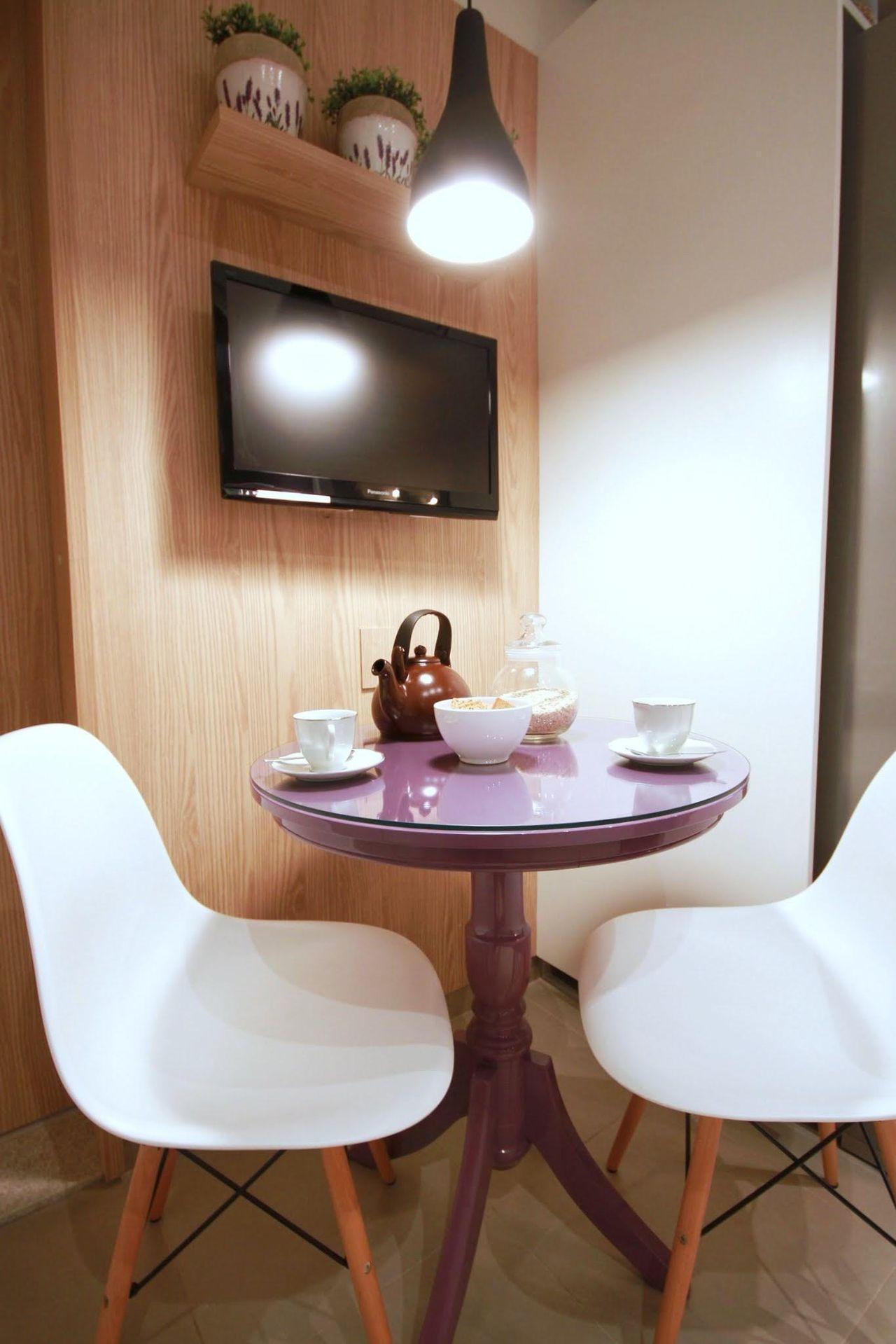 Mesa Pequena E Duas Cadeiras Na Cozinha De Meyercortez Arquitetura