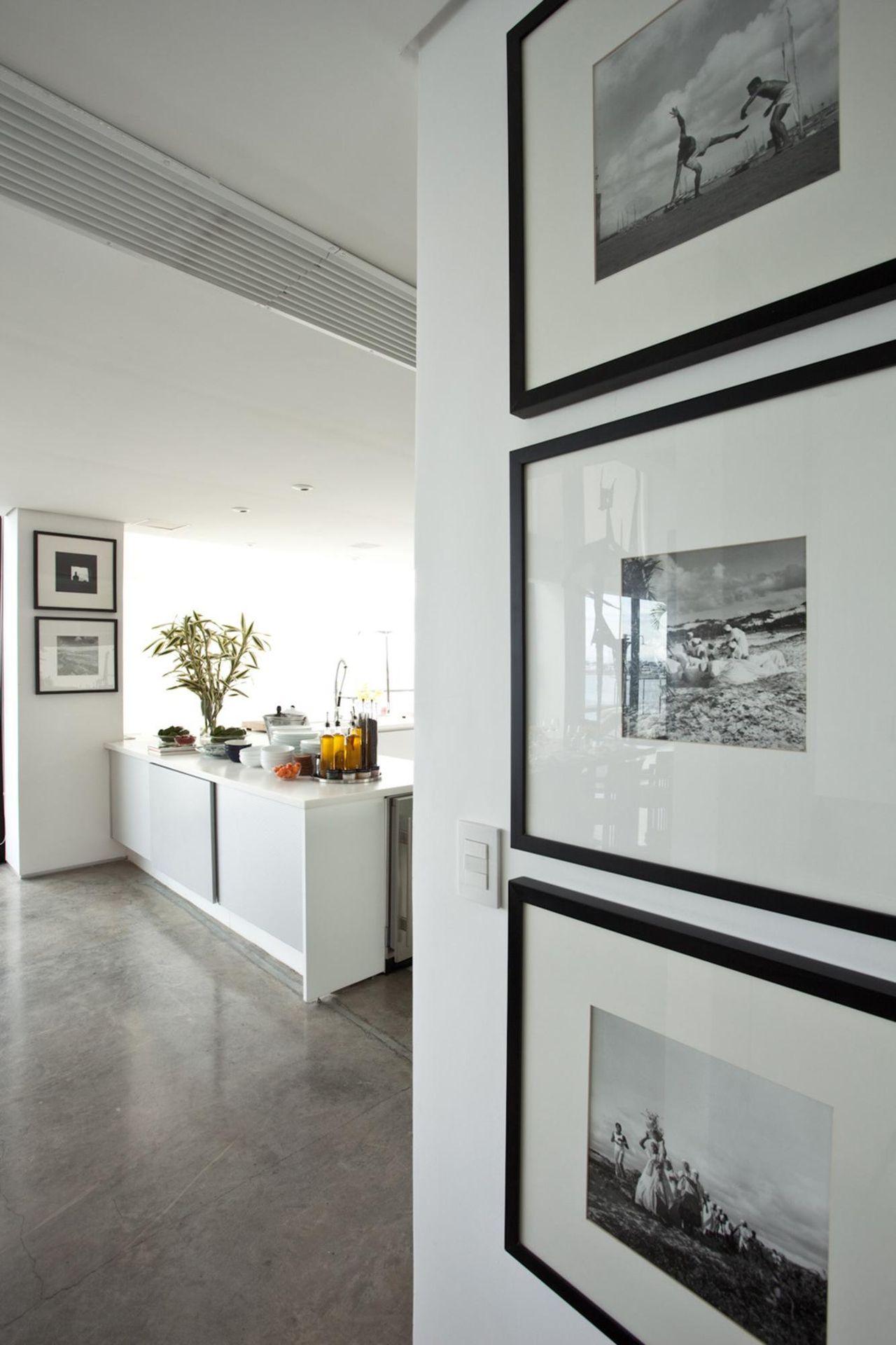 Pequena Bancada Com Itens De Cozinha E Quadros Dec De Db Arquitetos