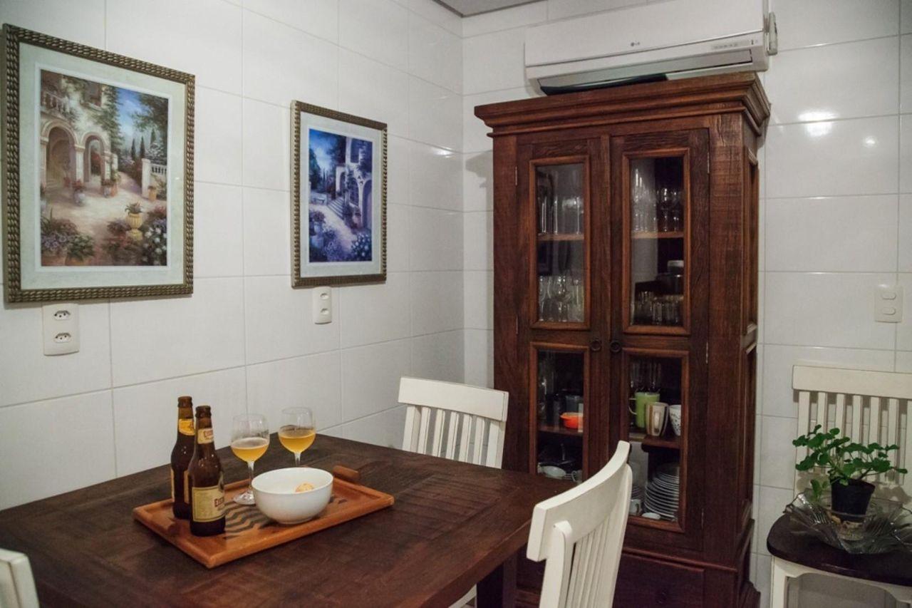 Cozinha Com Cristaleira De Madeira De Braccini Lima Arquitetura