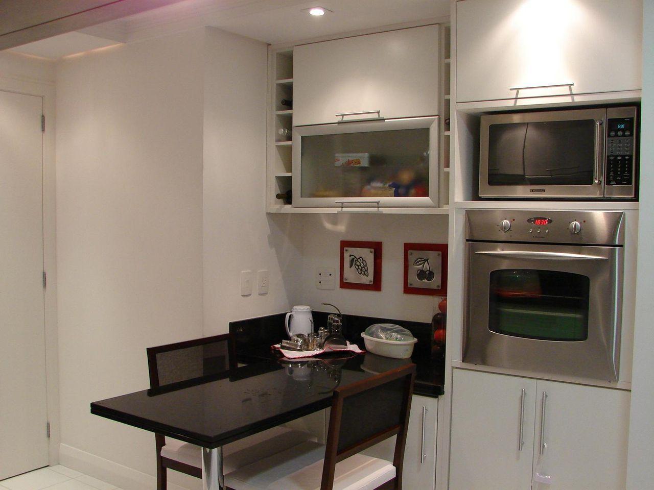 Cozinha Com Mesa Pequena Preta E Duas Cadeira De L Via Gobetti