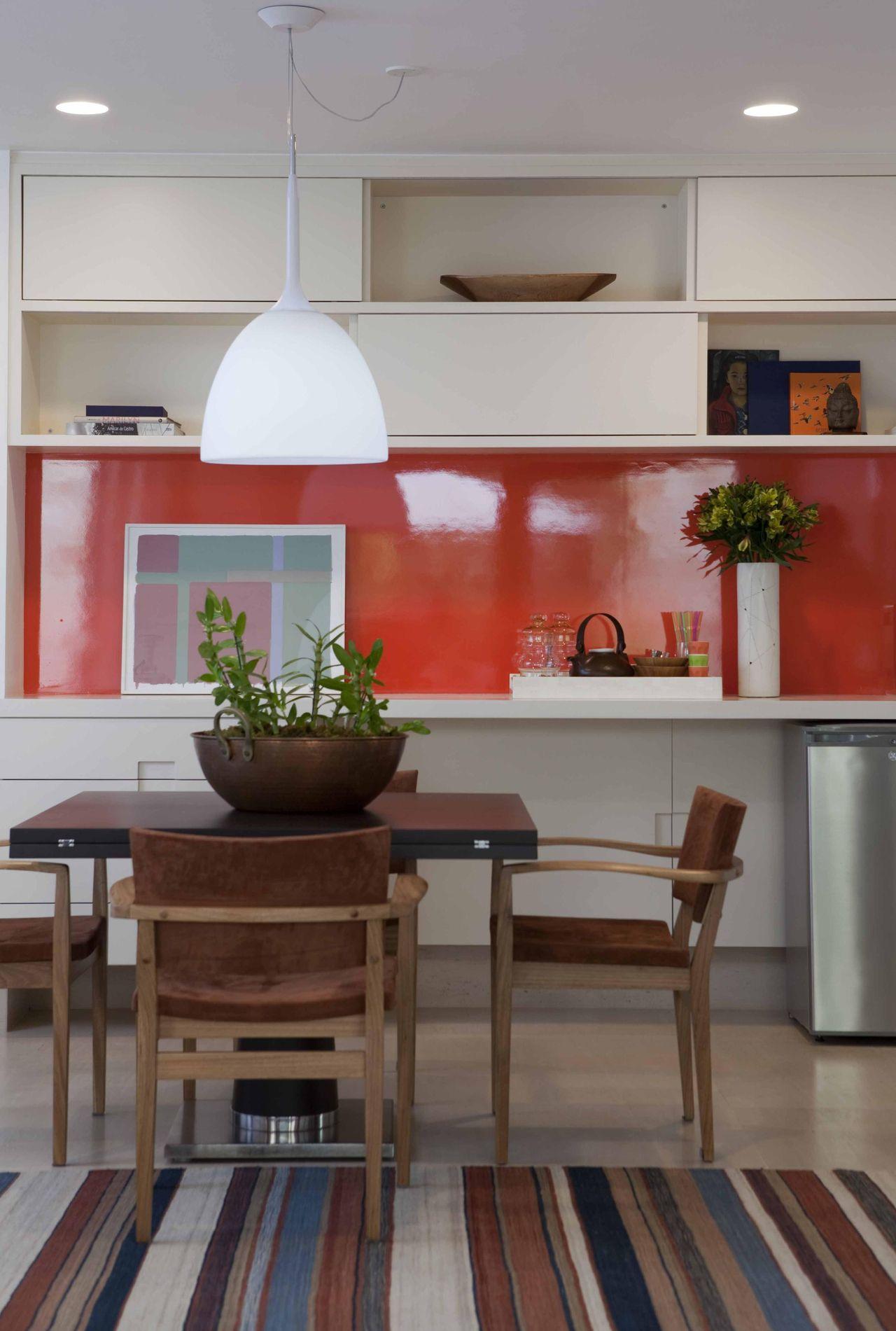 Cozinha Com Pendente Branco E Parede Vermelha De Deborah Roig