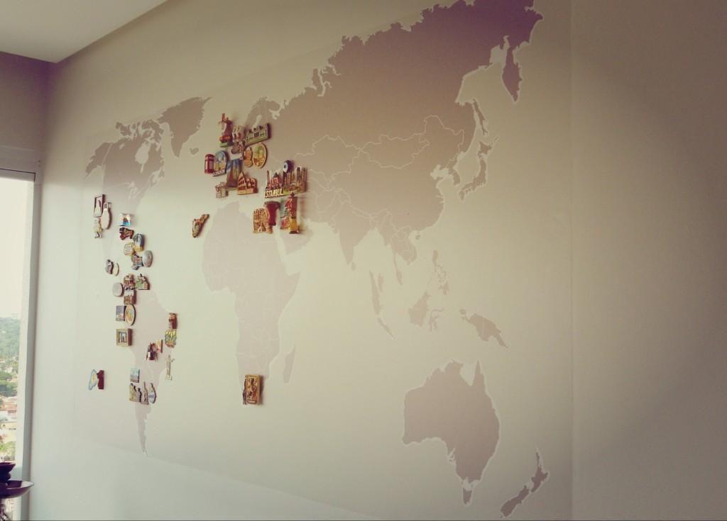 Parede com adesivo e ms do mapa mundi de Condecorar Arquitetura